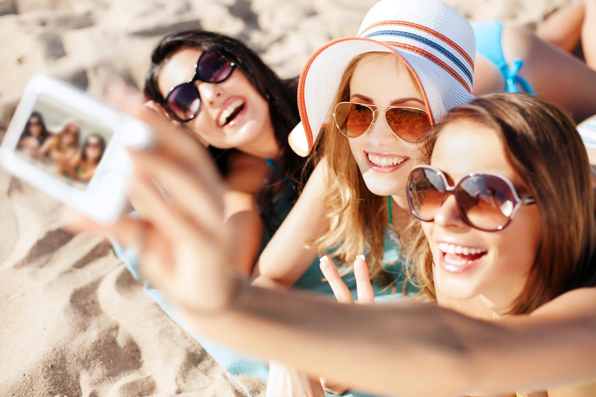 Personen mit Marken-Sonnenbrillen am Strand